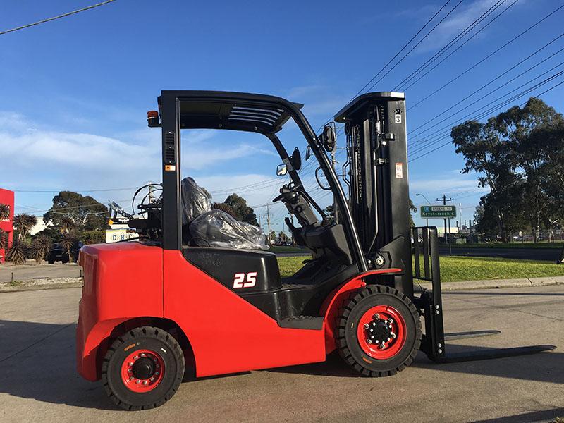 Four Way Side Loader Forklift Mitsubishi Rbm2025k Series: Nissan Engine 2.5 Ton Forklift Dual Fuel LPG